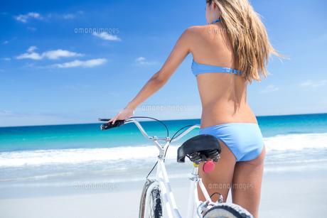 Pretty blonde woman going on a bike rideの写真素材 [FYI00006911]