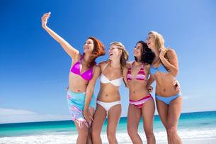 Happy friend doing selfie with smartphoneの写真素材 [FYI00006921]