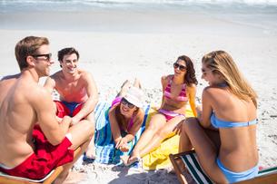 Happy friends sunbathing togetherの写真素材 [FYI00006936]