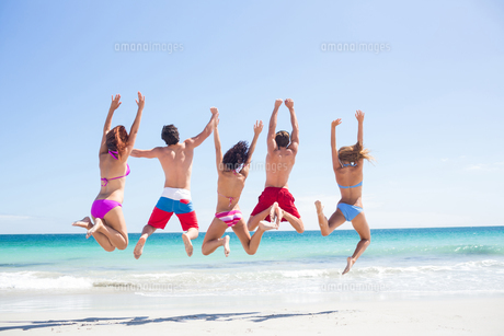 Happy friends jumping togetherの写真素材 [FYI00006954]