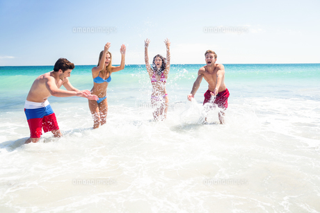 Happy friends having fun in the water togetherの写真素材 [FYI00006958]