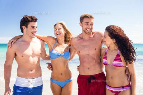 Happy friends having fun beside the waterの写真素材 [FYI00006966]
