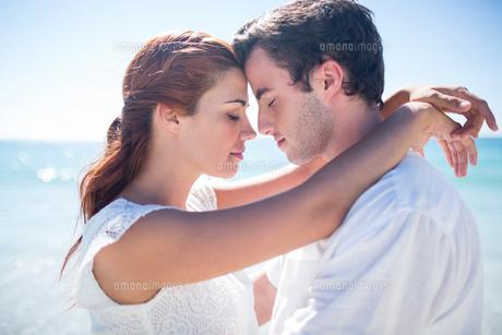 Happy couple hugging eyes closedの素材 [FYI00006977]