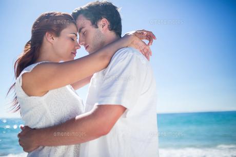 Happy couple hugging eyes closedの素材 [FYI00006979]