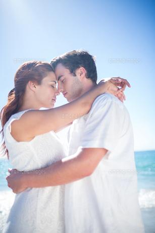 Happy couple hugging eyes closedの素材 [FYI00006987]
