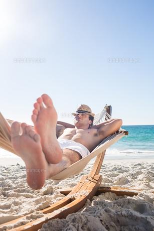 Handsome man resting in the hammockの写真素材 [FYI00007013]