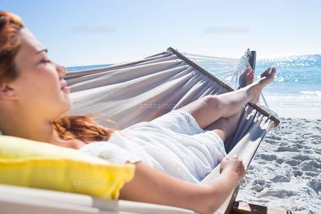 Brunette relaxing in the hammockの写真素材 [FYI00007016]