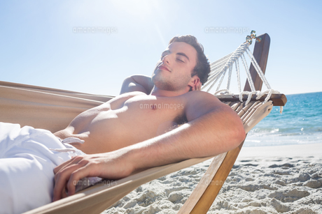 Handsome man resting in the hammockの写真素材 [FYI00007017]