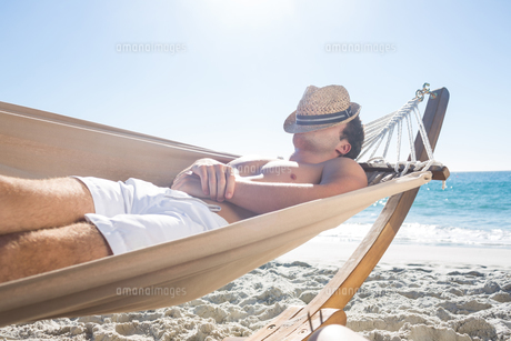Handsome man resting in the hammockの写真素材 [FYI00007021]
