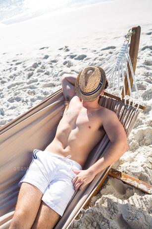 Handsome man resting in the hammockの写真素材 [FYI00007023]