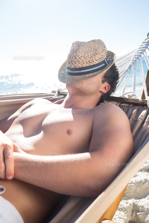 Handsome man resting in the hammockの写真素材 [FYI00007028]