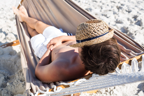 Handsome man resting in the hammockの写真素材 [FYI00007029]