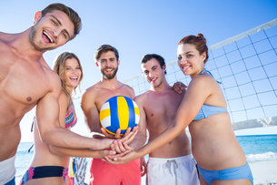 Group of friends holding volleyball and smiling at cameraの写真素材 [FYI00007030]