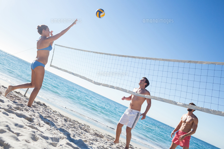 Friends playing volleyballの写真素材 [FYI00007031]