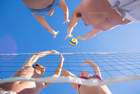 Group of friends playing volleyballの写真素材 [FYI00007032]