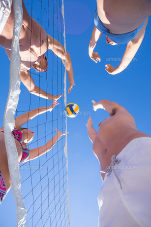 Group of friends playing volleyballの写真素材 [FYI00007033]