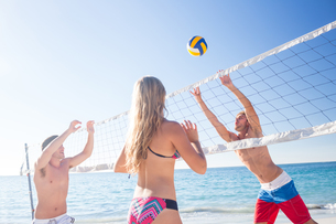 Group of friends playing volleyballの写真素材 [FYI00007034]