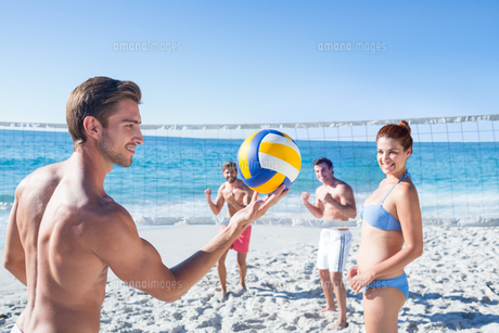 Friends playing volleyballの写真素材 [FYI00007037]
