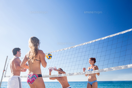 Group of friends playing volleyballの写真素材 [FYI00007039]