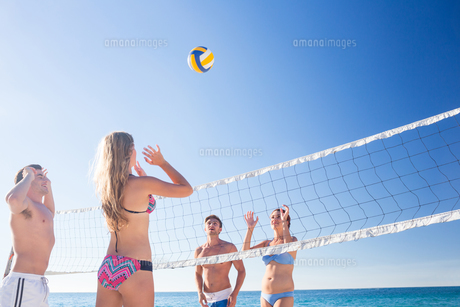 Group of friends playing volleyballの写真素材 [FYI00007040]