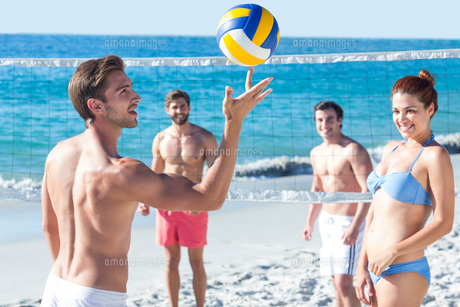 Friends playing volleyballの写真素材 [FYI00007041]
