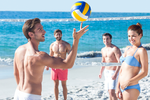 Friends playing volleyballの素材 [FYI00007041]