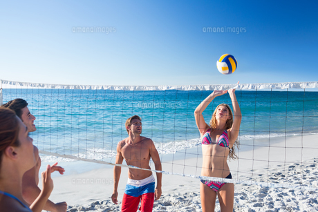 Group of friends playing volleyballの写真素材 [FYI00007042]