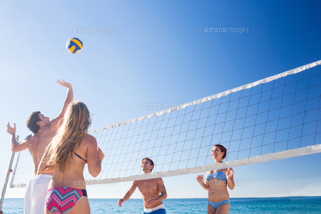 Group of friends playing volleyballの写真素材 [FYI00007043]