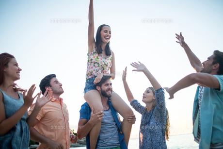 Happy friends dancing on the sandの写真素材 [FYI00007094]