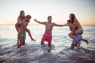 Happy friends having fun in the waterの素材 [FYI00007096]