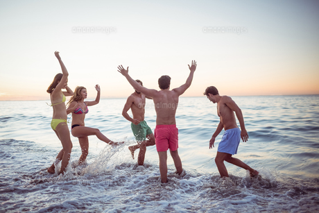 Happy friends having fun in the waterの素材 [FYI00007098]