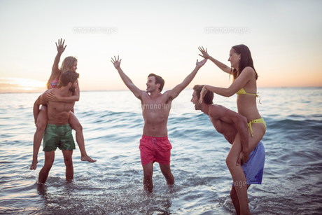 Happy friends having fun in the waterの素材 [FYI00007099]