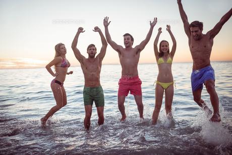 Happy friends having fun in the waterの素材 [FYI00007108]