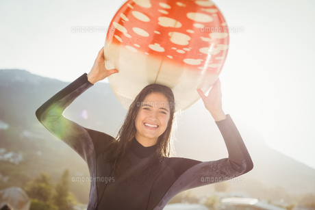 woman in wetsuit with a surfboard on a sunny dayの素材 [FYI00007114]