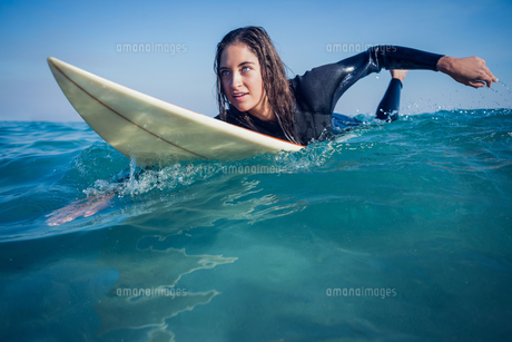 woman in wetsuit with a surfboard on a sunny dayの素材 [FYI00007122]
