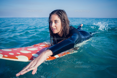 woman in wetsuit with a surfboard on a sunny dayの素材 [FYI00007125]