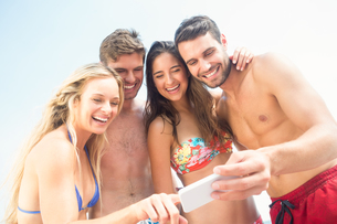 group of friends in swimsuits taking a selfieの写真素材 [FYI00007133]