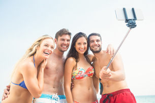 group of friends in swimsuits taking a selfieの素材 [FYI00007134]