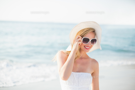 beautiful blonde woman on a sunny dayの素材 [FYI00007142]