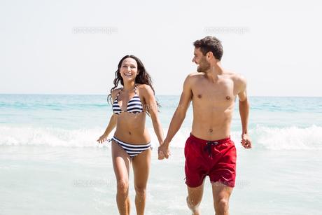 happy couple smilingの写真素材 [FYI00007153]