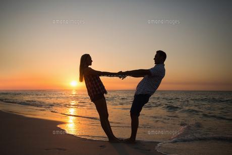 happy couple smilingの写真素材 [FYI00007163]