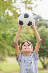 Boy holding a soccer ball in the parkの写真素材 [FYI00007170]