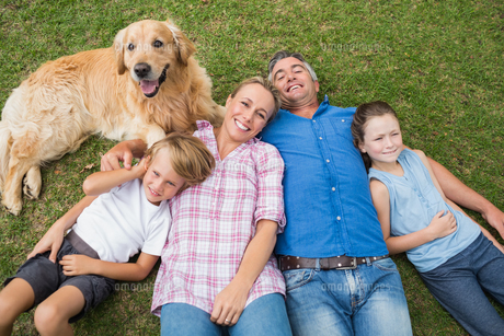 Happy family smiling at the camera with their dogの写真素材 [FYI00007198]