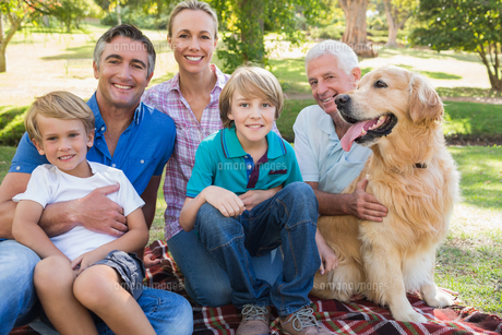 Happy family smiling at the camera with their dogの素材 [FYI00007214]