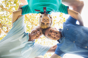 Happy family looking down the cameraの写真素材 [FYI00007239]