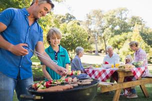 Happy family having picnic in the parkの写真素材 [FYI00007242]