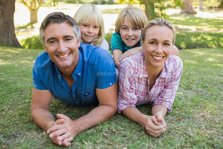 Happy family smiling at the cameraの素材 [FYI00007246]