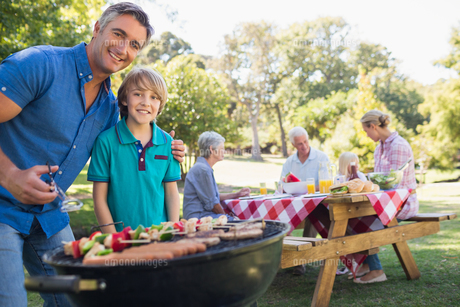 Happy family having picnic in the parkの写真素材 [FYI00007249]