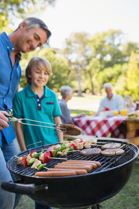 Happy father doing barbecue with his sonの写真素材 [FYI00007251]