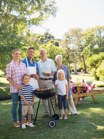 Happy family doing barbecue in the parkの写真素材 [FYI00007262]